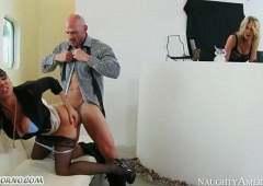 Хозяйка заставила раба вылизать ей ноги, а потом трахнула его