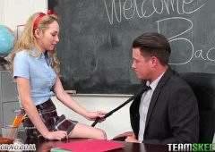 Студентка в короткой юбке соблазнила преподавателя и он выебал ее прямо на столе