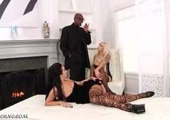 Рано утром блондинка подняла своего друга, чтобы он выебал ее в жопу