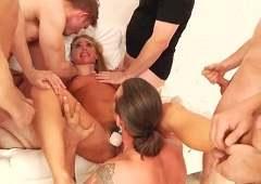 Худая баба любит когда ее ебут сразу несколько мужиков